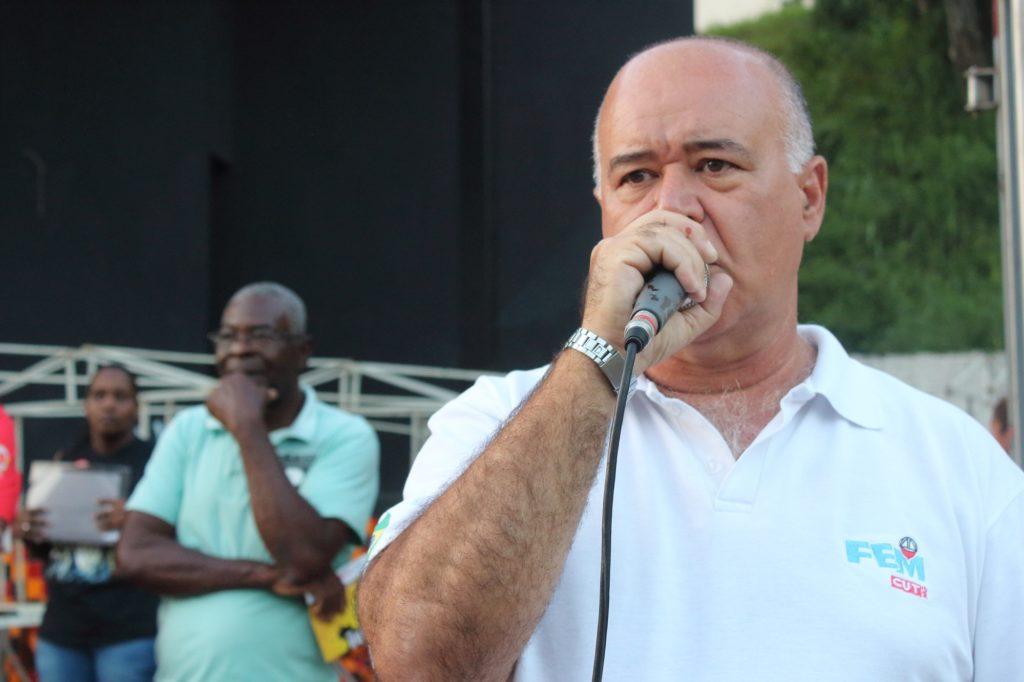 O presidente do Sindmon-Metal, Otacílio das Neves Coelho, foi uma das lideranças a discursar durante a manfifestação [Foto: Wir Caetano]